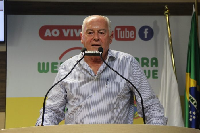Vereador Natal Carlos Lira, em pronunciamento na tribuna da Câmara Municipal. Foto: Arquivo/Câmara Municipal de Brusque.